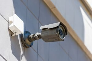 Cámara de seguridad en la pared, el concepto de sistema de seguridad con alarmas
