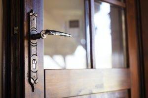 Locksmiths in Las Palmas Manija de puerta antigua en puerta de una vivienda