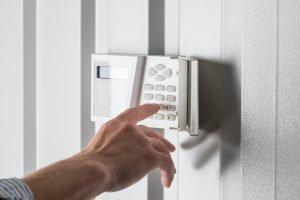 Locksmiths Agüimes Persona que escribe en el teclado de la alarma de seguridad para el hogar, concepto de sistema de seguridad